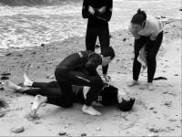 Sauveteurs faisant du secourisme sur plage - PSC1
